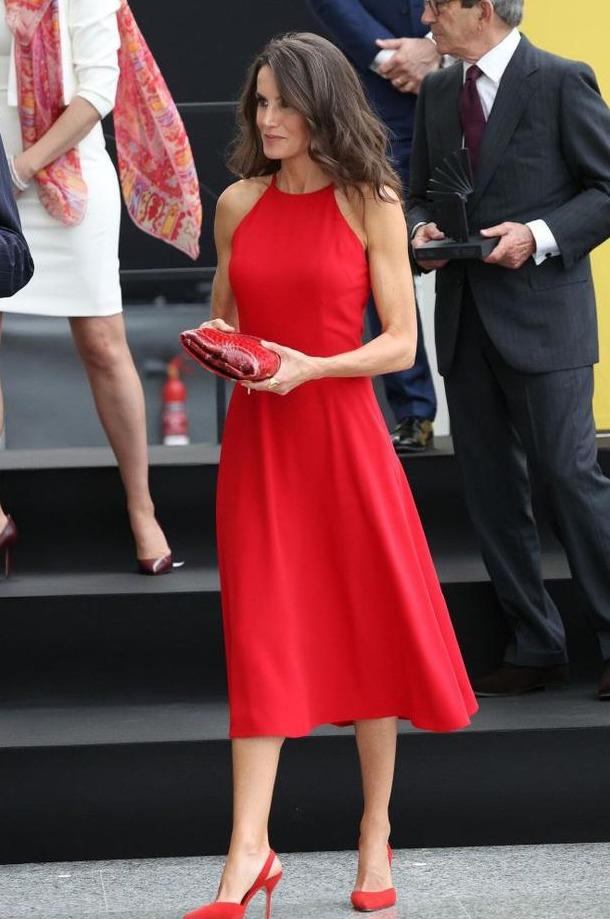 西班牙王后2年前的Zara短袖,如何穿出了大牌高定感?