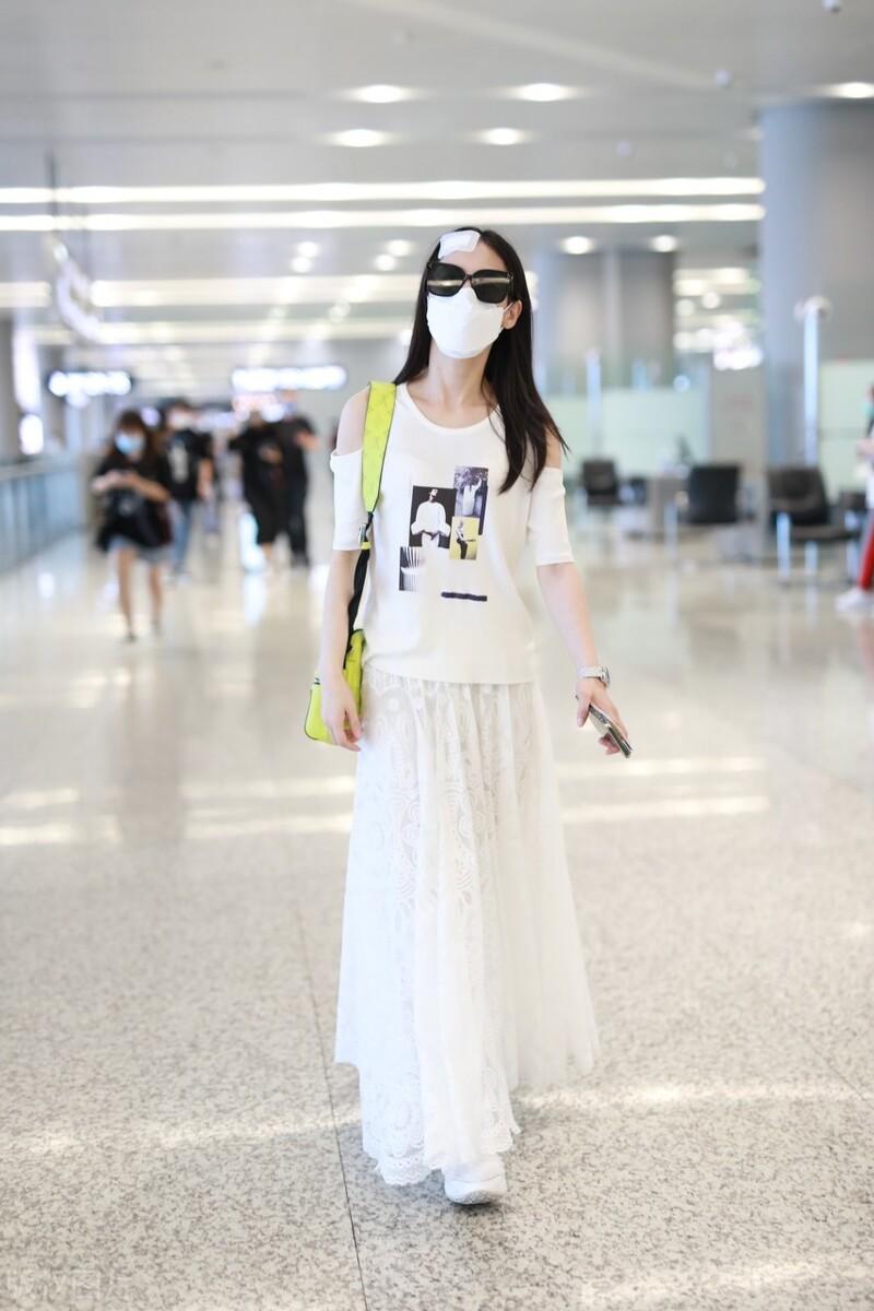 """""""气质女神""""是如何修炼的?她们都有仙气的白色半身裙"""