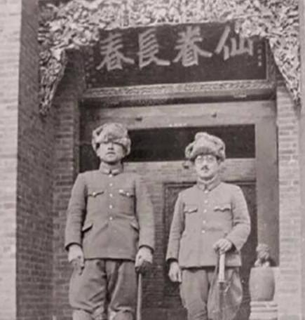 老照片民国政府官员集体和希特勒合影,日军在阎锡山老宅前留影