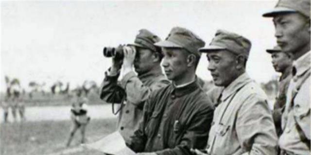 为何战斗中指挥员不自己挂望远镜,每次都伸手从警卫员手中去取