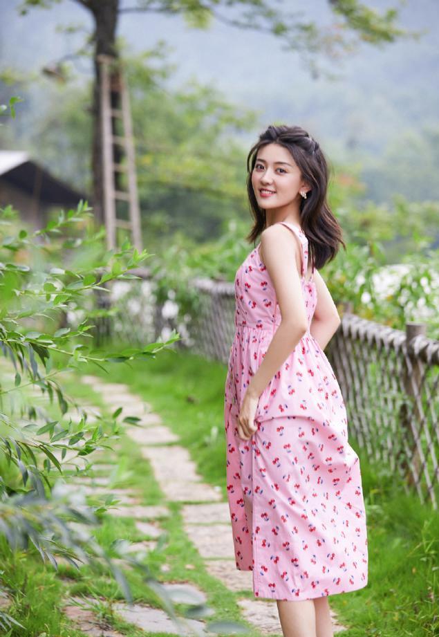 名门泽佳:梁洁俏皮写真曝光!一袭粉色樱桃吊带长裙效果清甜可人