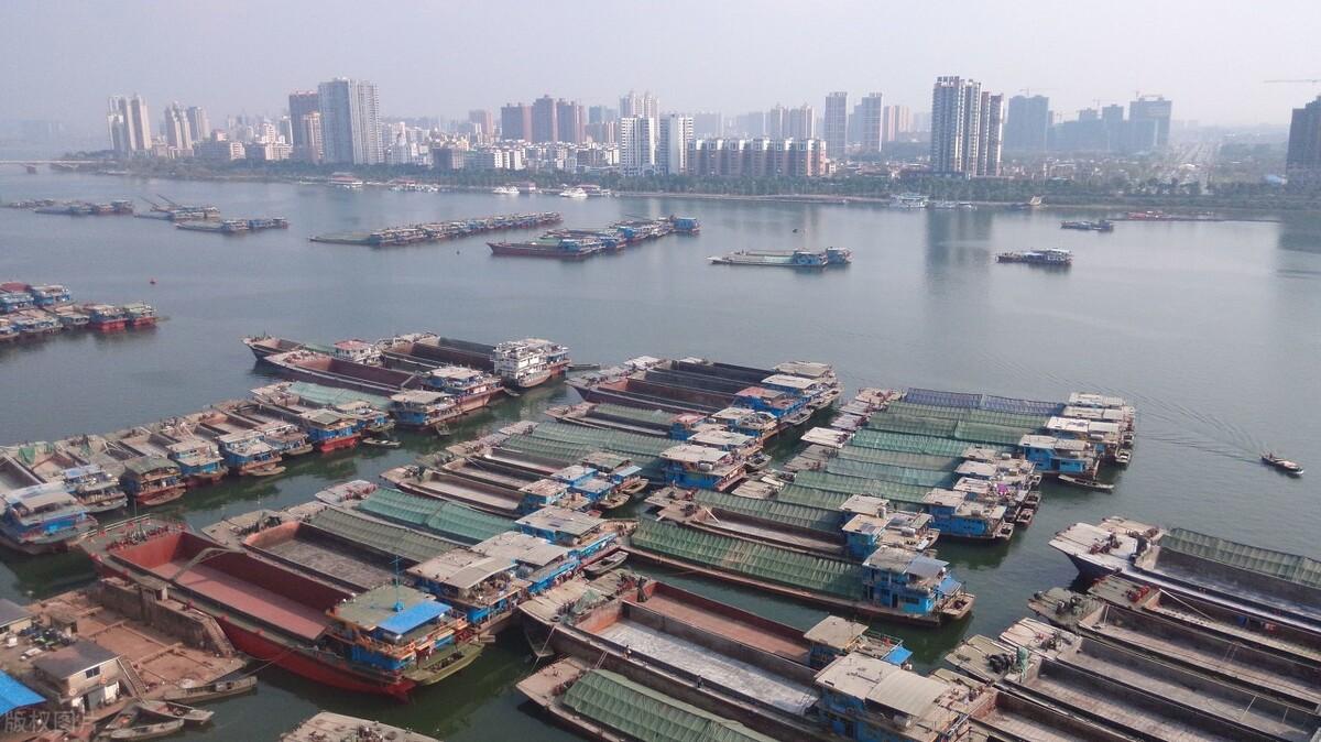 清远一座实力县级市,距广州140公里,生产总值为326.8亿