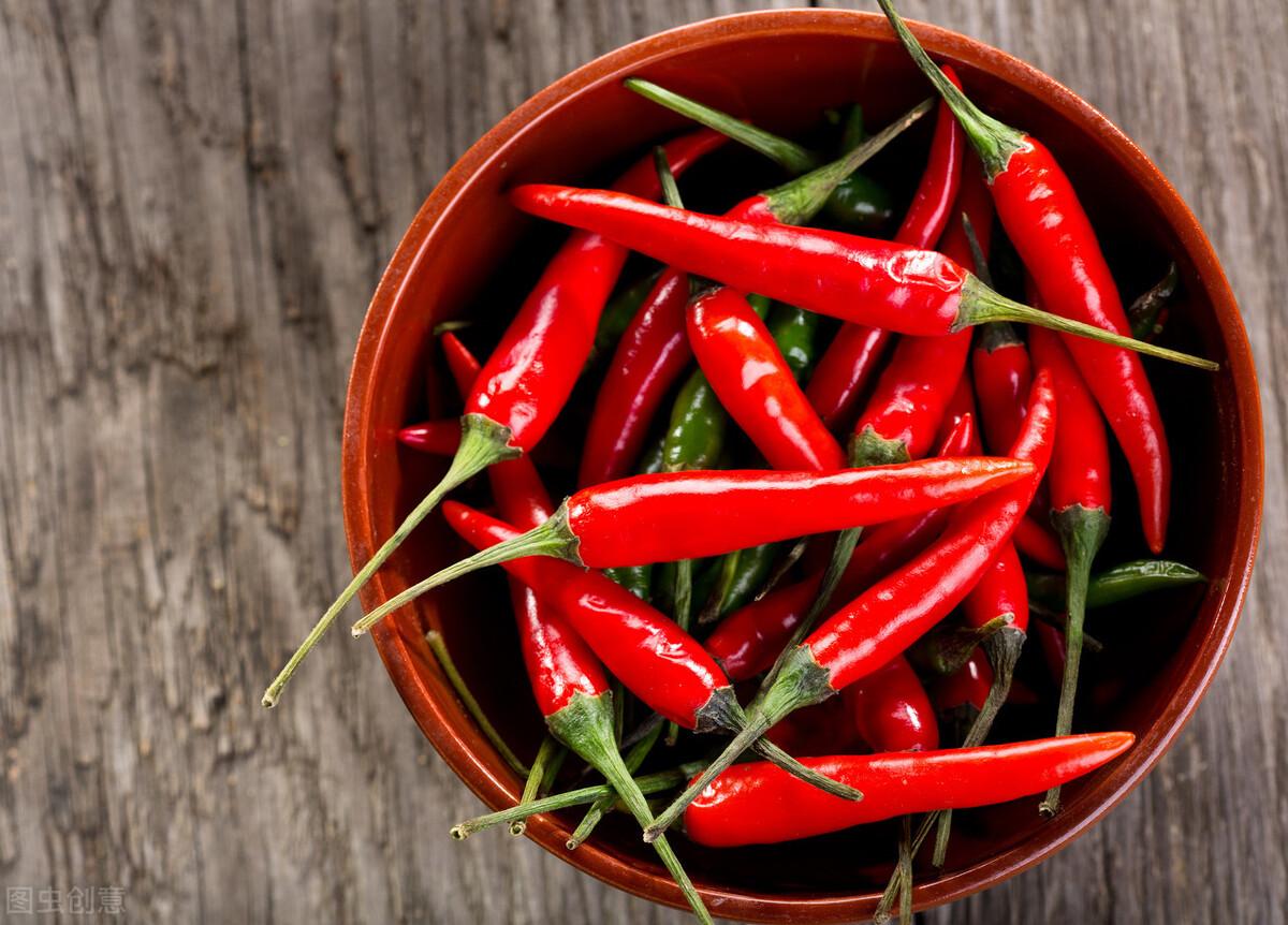 原来保存辣椒这么简单,农村大妈教你2招,放一个月还是很新鲜