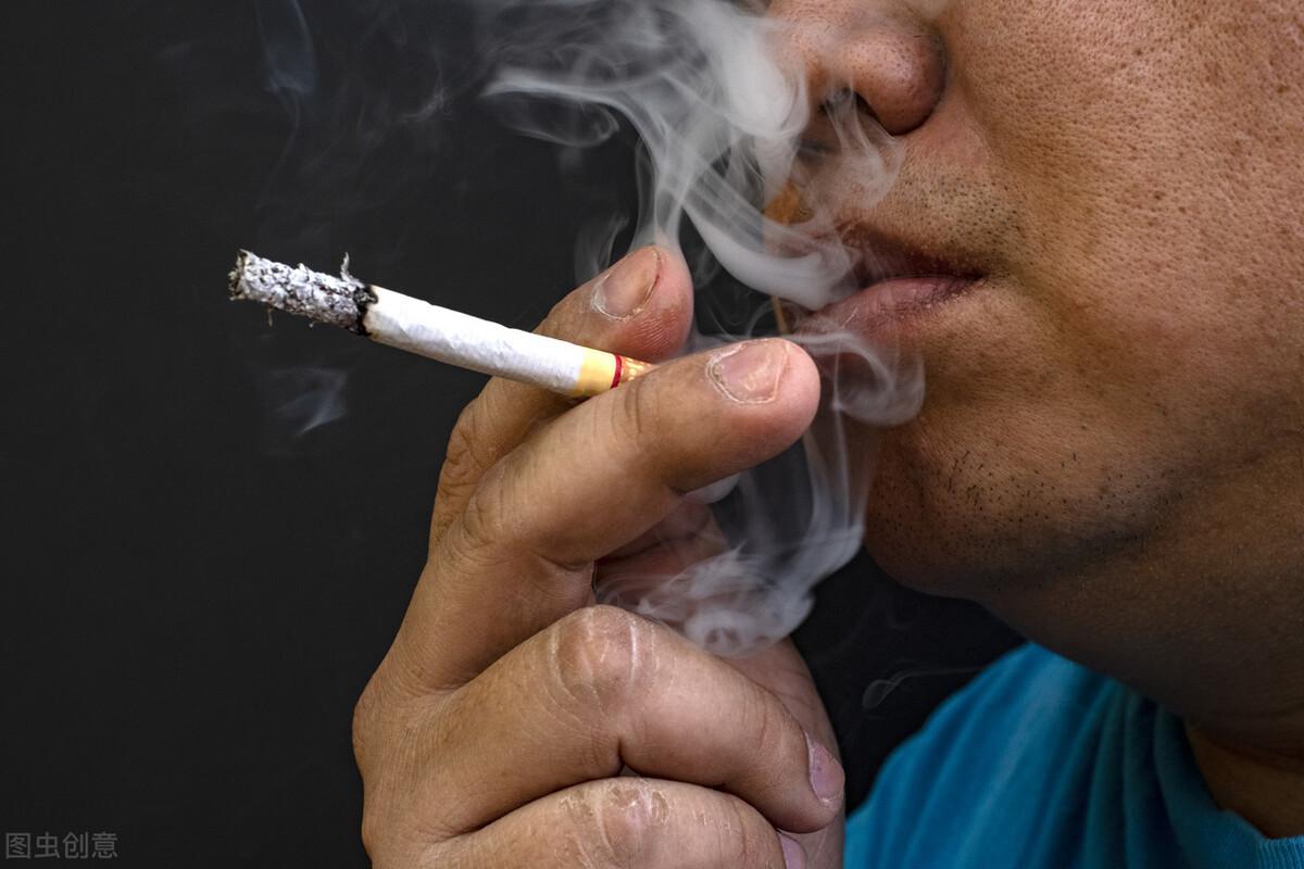 """经常抽烟的人,身体出现""""4变化"""",提醒你健康已透支,尽早戒烟"""
