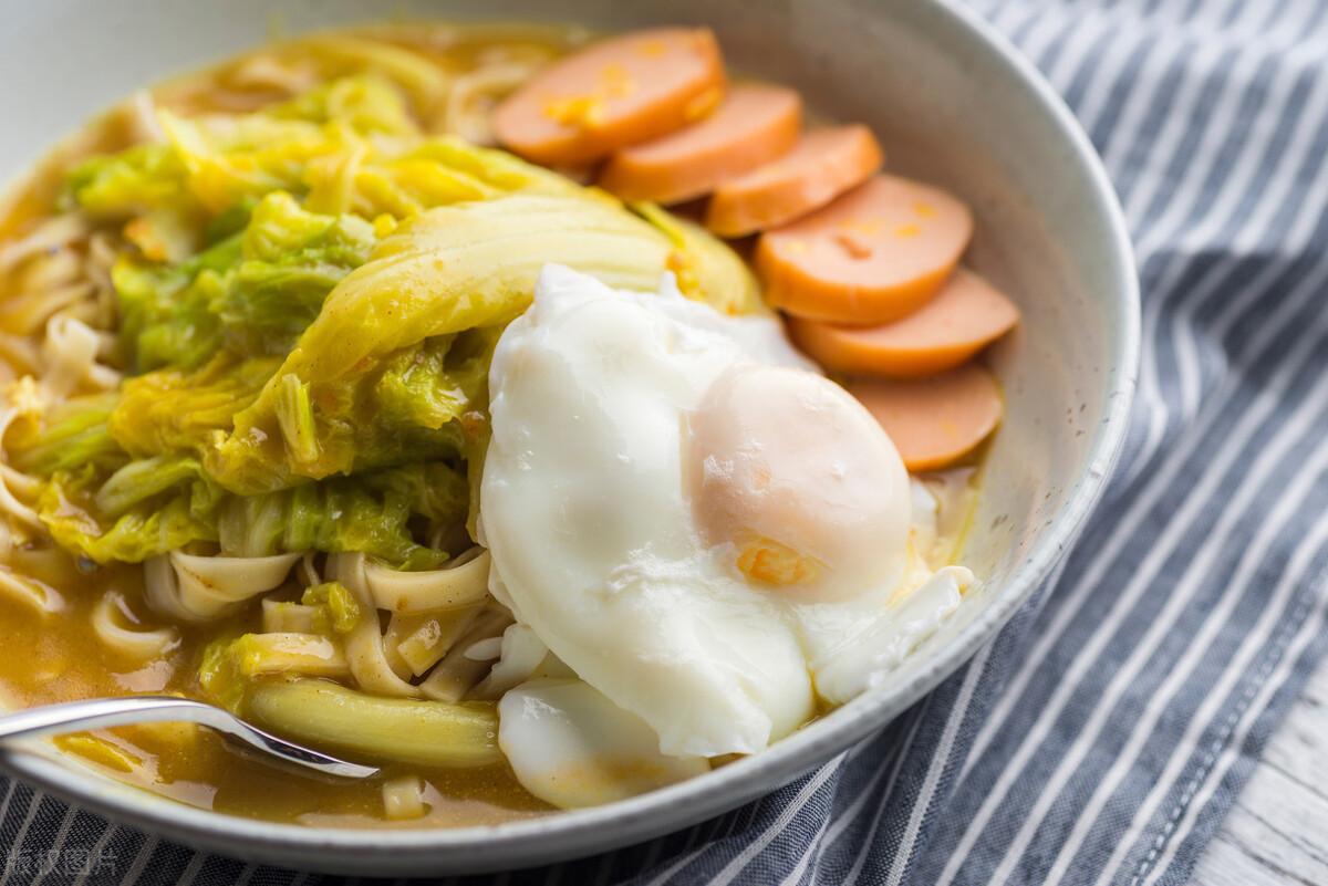 水煮荷包蛋,总是散开有白沫?牢记2个诀窍,鸡蛋圆润不粘锅 美食做法 第8张
