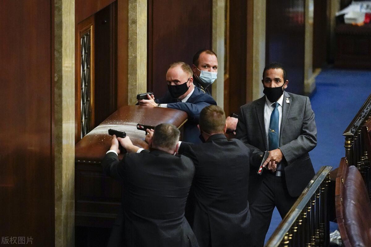 美国乱了!特朗普支持者冲击国会,一人中枪身亡!奥巴马称这是耻辱,NBA发声:很难想象抗议者如果是黑人