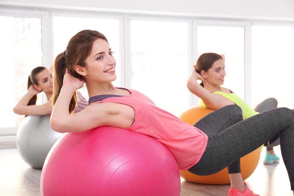 一組自重燃脂訓練,讓遠離肥胖,在家也能暴瘦一圈