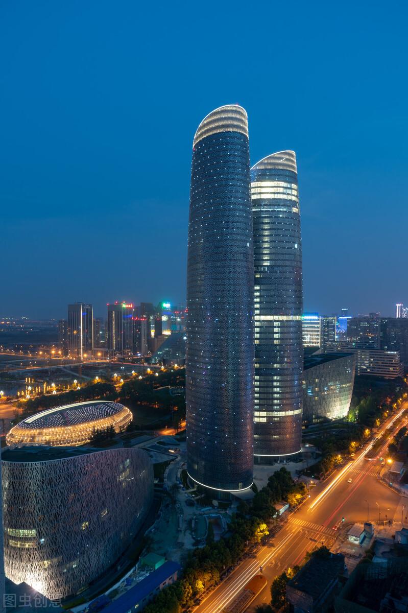 成都地標性雙子塔燈光秀,218米摩天大樓變巨幕