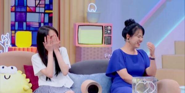 郑爽妈妈用三个字公开称赞女儿男朋友张恒,张恒随后害羞溜走