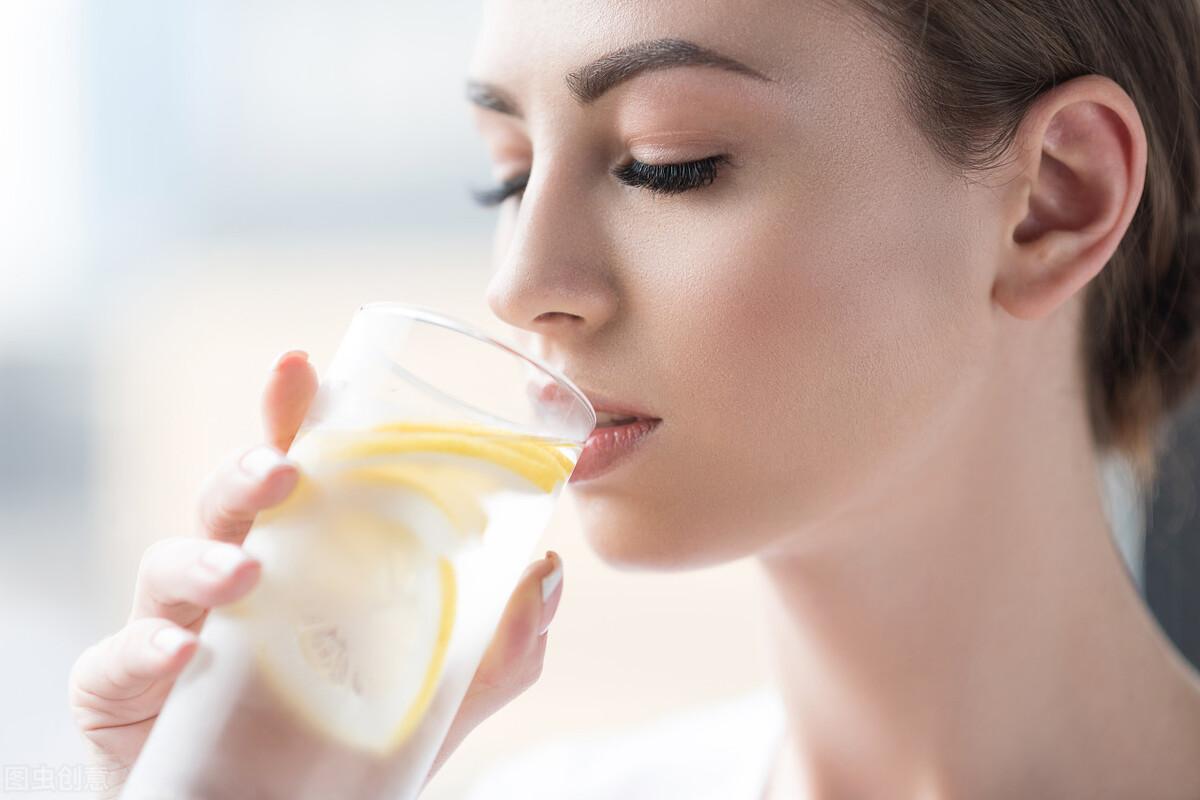 早起喝什么?白开水、柠檬水、蜂蜜水、淡盐水你选择哪个?