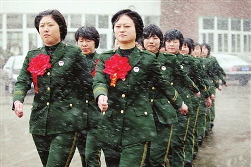 受七旬伤残军人爷爷鼓舞 大二女生穿上军装入伍