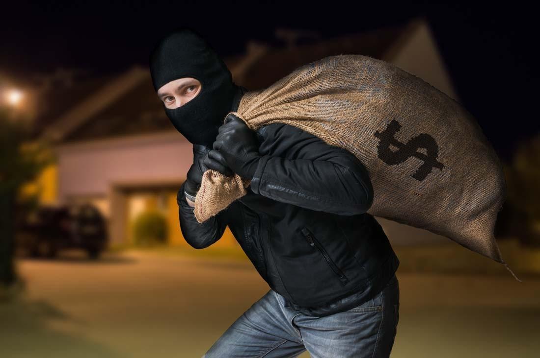 有人深夜潜入男孩家,留下包裹而不是偷东西,男孩一看就惊呆了