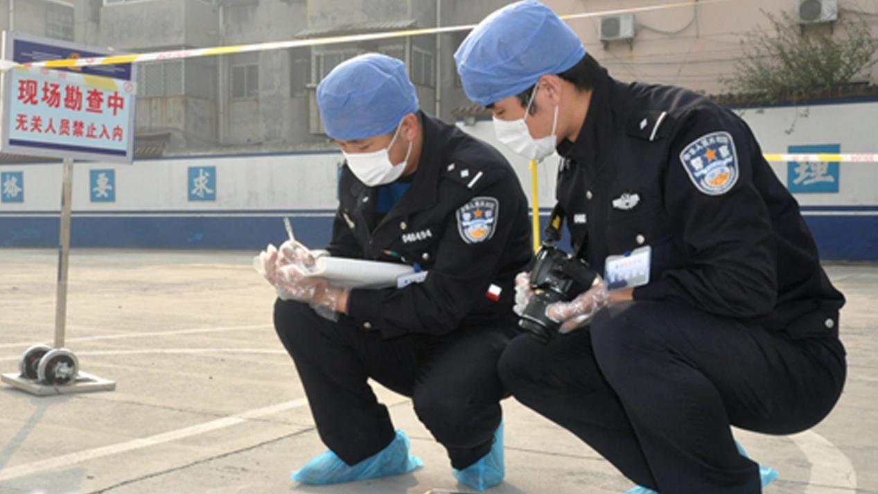 北京一男子不戴口罩进便利店,被劝告后反拿刀扎人,警方出手不惯毛病