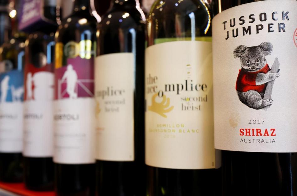 """没了中国市场,澳大利亚""""民主红酒""""近况如何? 原创醒狮评论2021-02-18 15:43:40 澳大利亚的红酒商最近有些烦恼,尽管很多西方国家支持澳方的红酒业,并且打出""""民主红酒""""的旗号,号召更多人"""