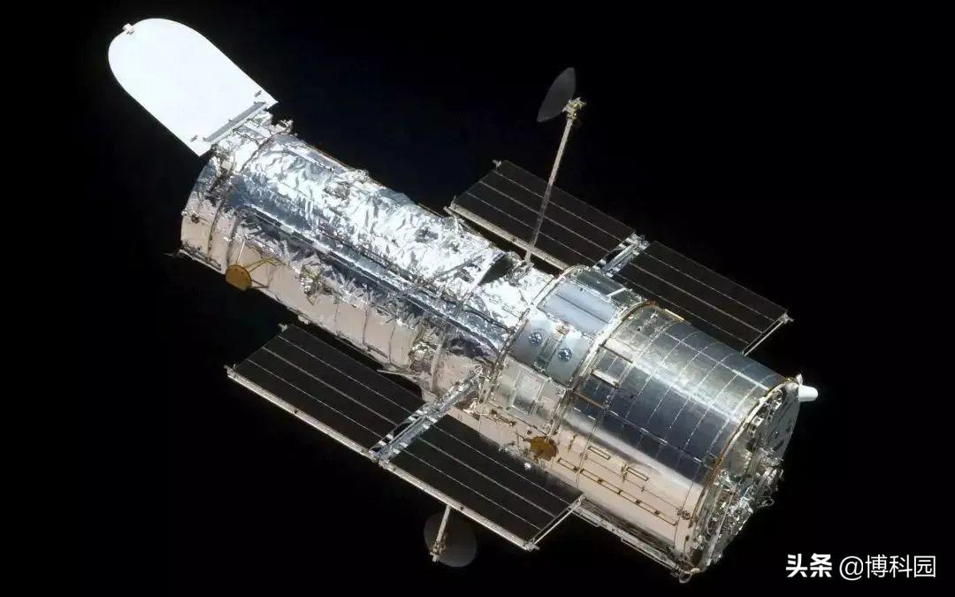 """哈勃望远镜发现:一个正在""""吃""""恒星的黑洞,太阳质量的5万倍!"""