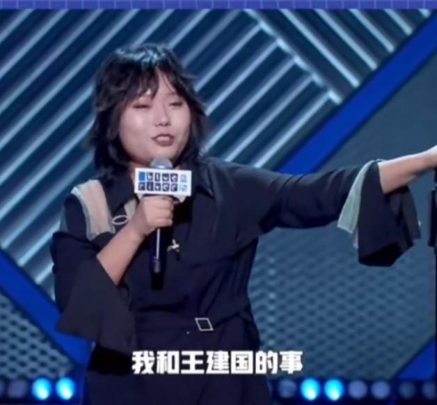 李雪琴听到有人喊王建国名字立马回头,我被磕到了太甜了!