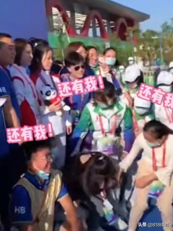 杨倩夺冠成大型追星现场!礼仪小姐优雅端庄,一见她喜笑颜开求合影