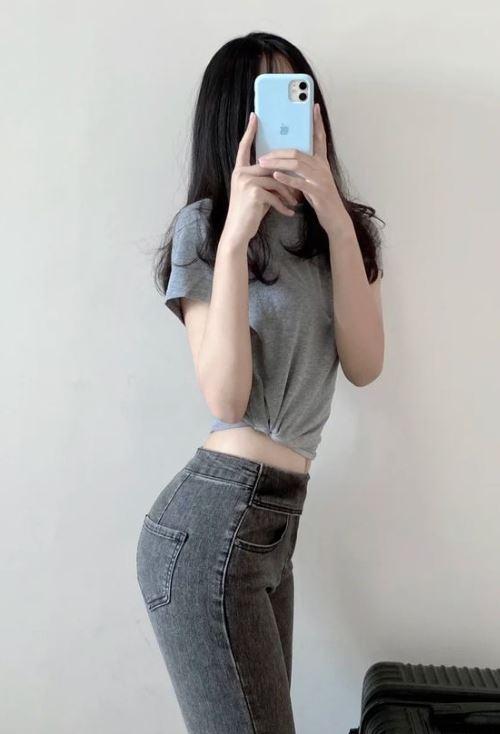 穿紧身牛仔裤的女生,实在太性感了 小欣说故事2021-05-08 08:15:56 (1)    紧身牛仔裤也太显身材了吧,没有牛仔裤的夏天怎么能叫夏天呢。很喜欢这种修身的紧身牛仔裤,很修饰腿型~而且