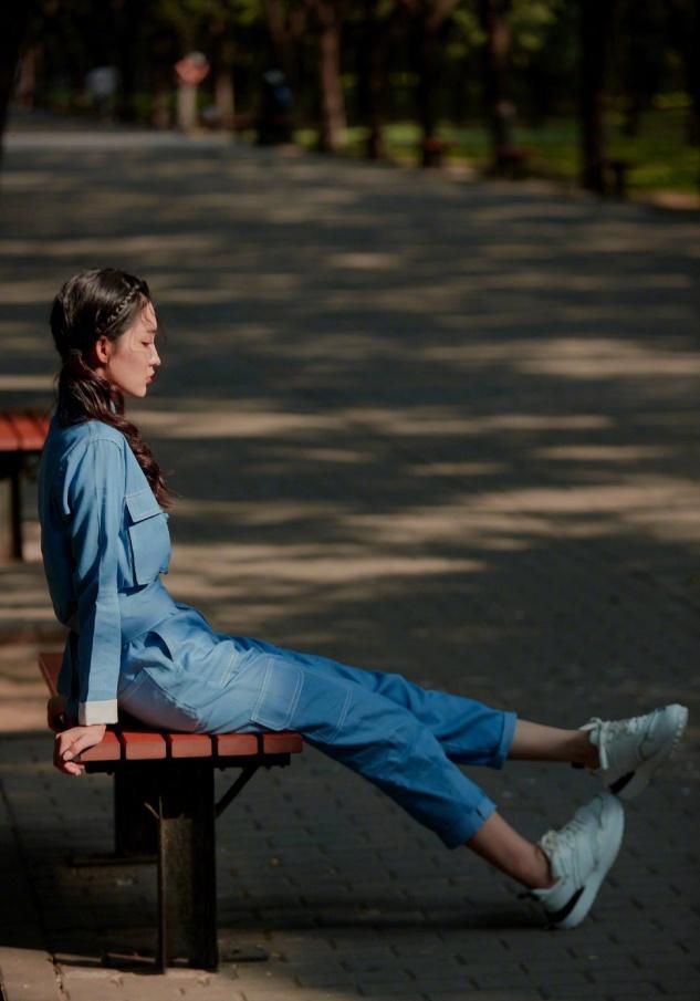 李沁针织衫配铅笔裤,凸显出撩人身材,简单又时尚