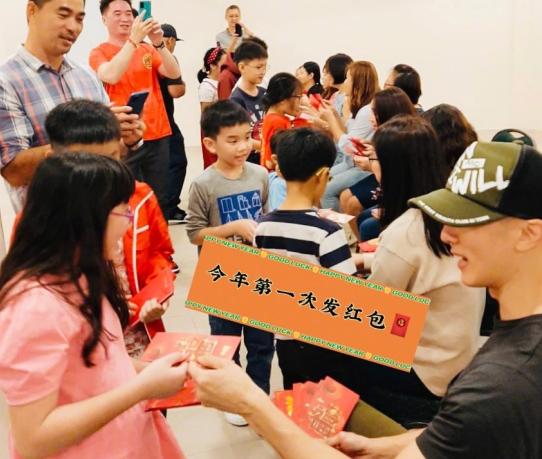 41歲吳尊曬與同學聚會照,被指像是兩輩人,手拿大疊紅包太豪氣