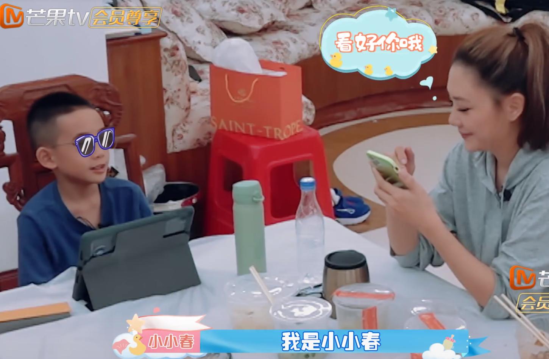7歲jasper改大名了,陳小春岳母主動抱二寶,讓保姆先吃飯