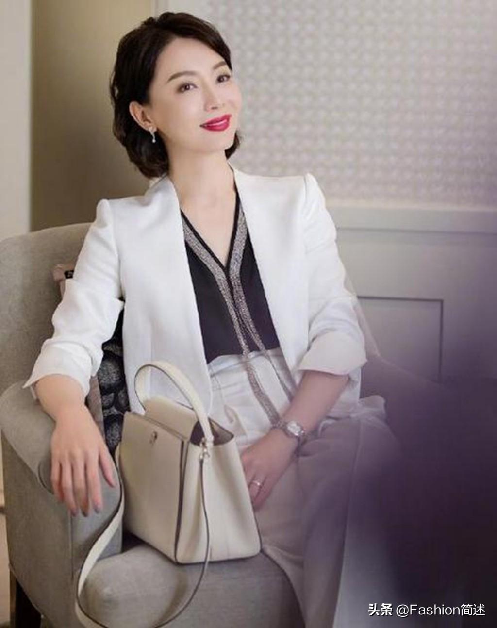 40岁以上女性讲究的是知性美,陈数的西装,田海蓉的礼服当仁不让