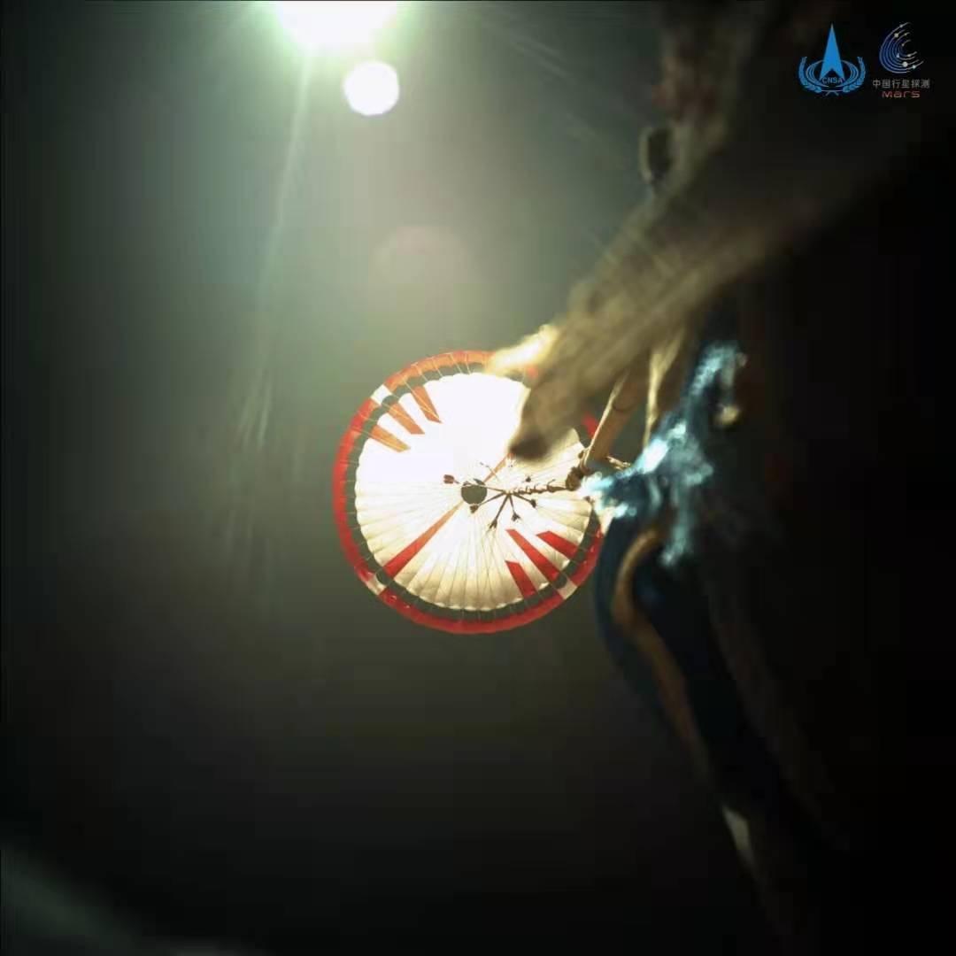 """最新火星影像:""""祝融号""""近距离""""看""""降落伞与背罩"""