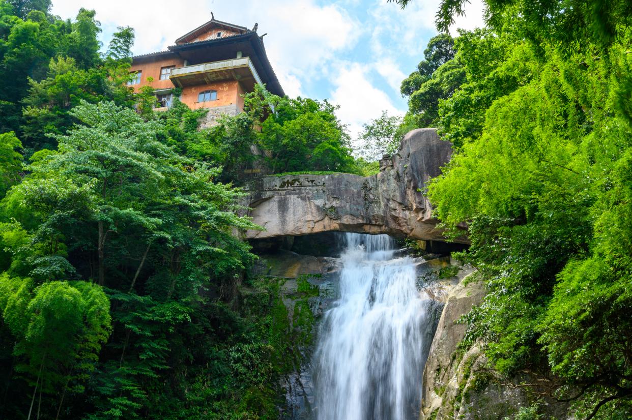 浙江天台山藏着一处奇观,罕见的石梁飞瀑,徐霞客曾为之惊叹