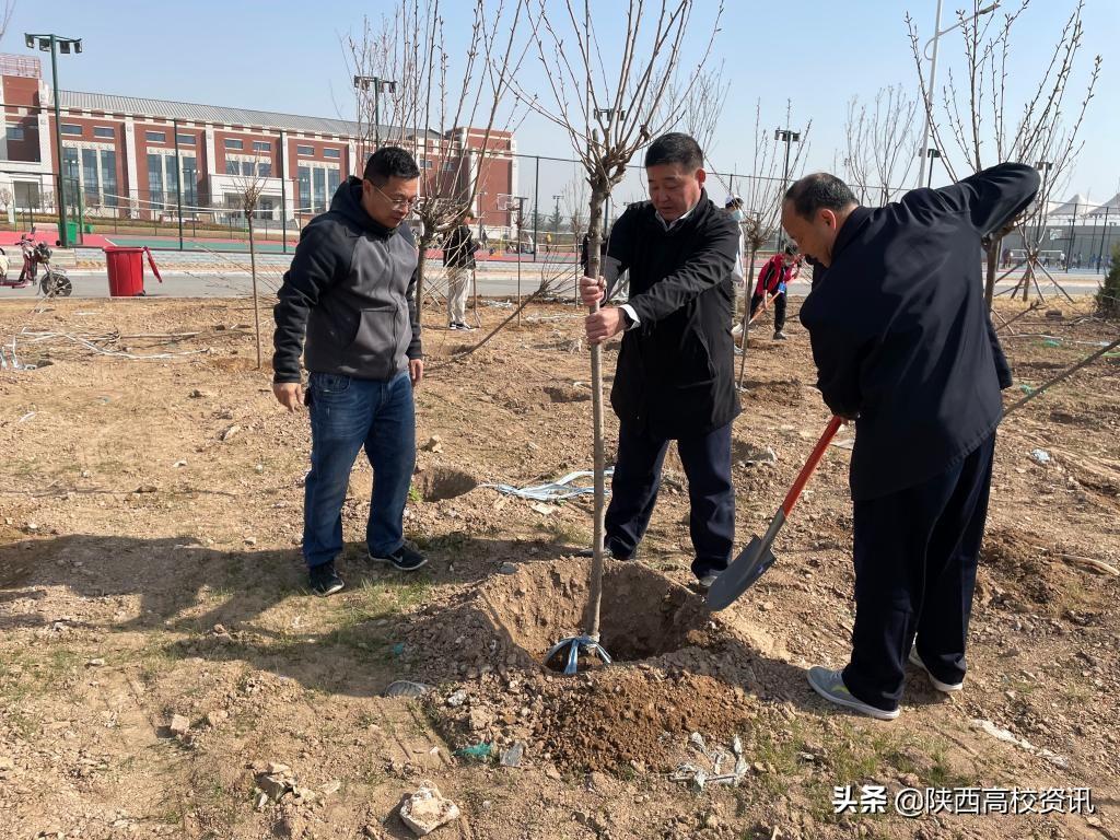 新利体育党委书记卓宇、校长赵曼参加学校春季校园植树活动