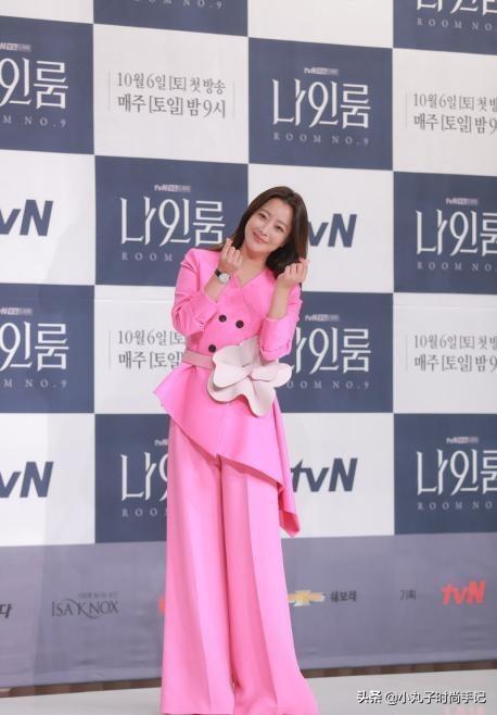 43岁金喜善好嫩啊!穿粉色亮片衬衫酷似少女,逆天颜值好气质