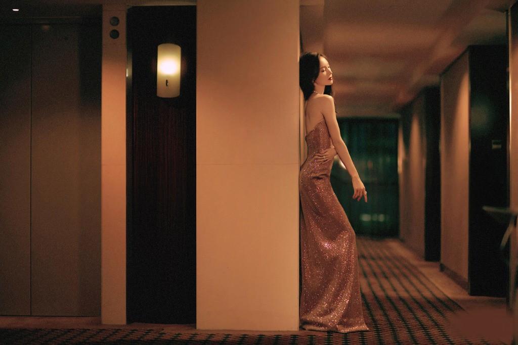金晨穿亮片裙秀火辣身材