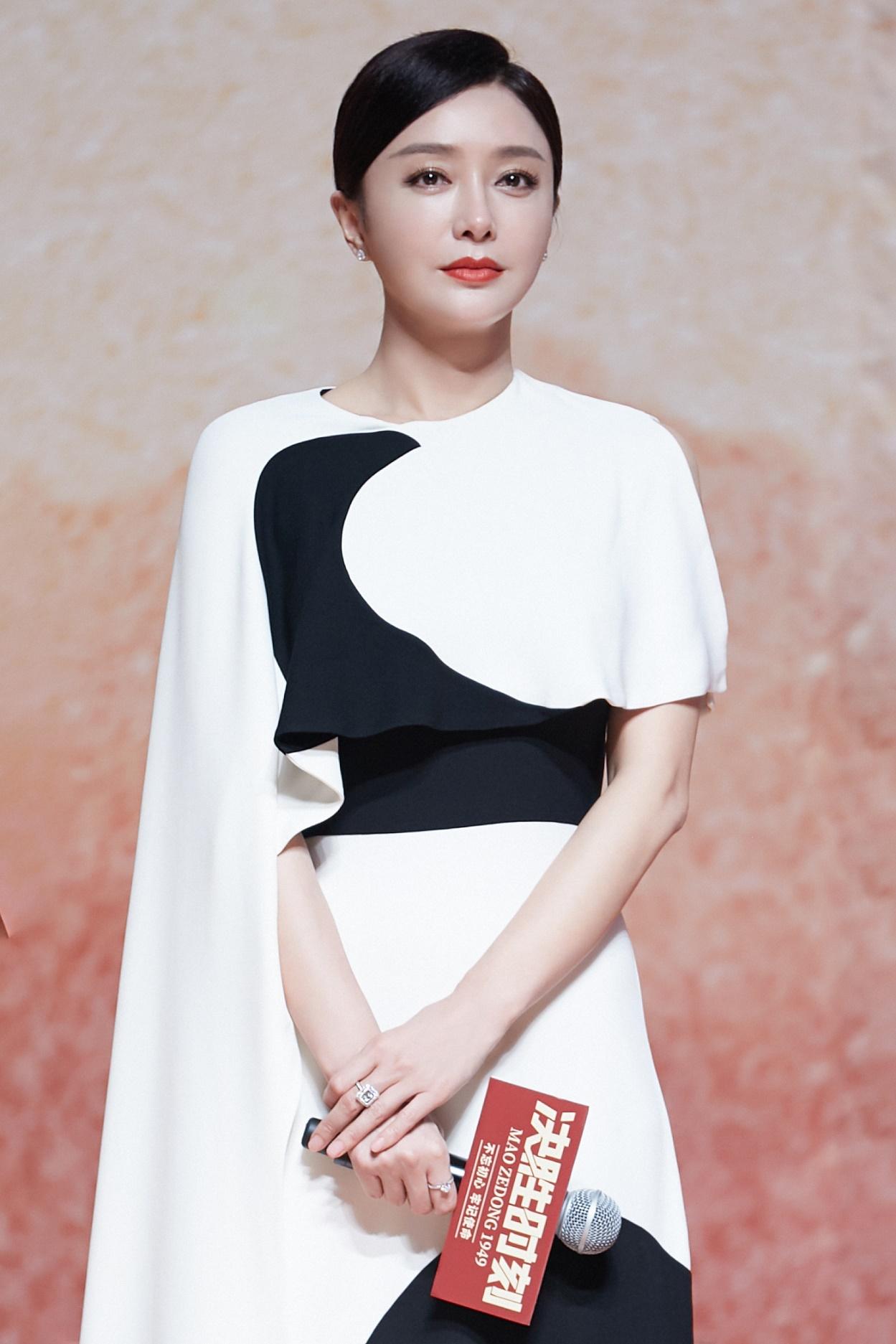 秦嵐的大紅唇真是惹眼,穿黑白拼接長裙高級又大氣,這馬尾好精致