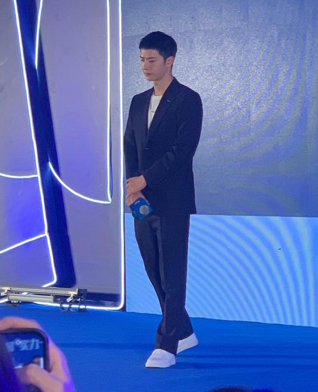 王一博今日出席品牌发布会活动,寸头好帅,一身西装,造型绝了
