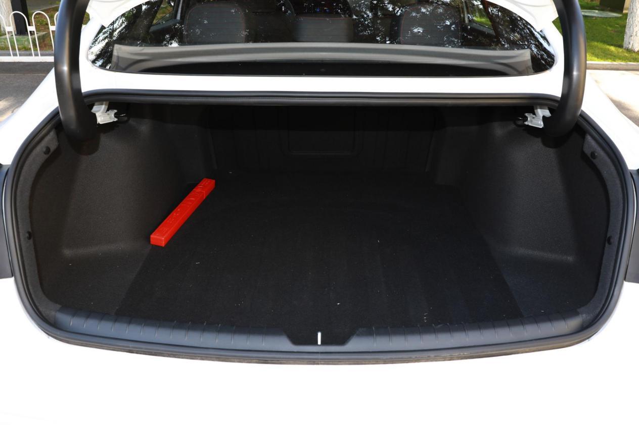 索纳塔自动旗舰版,运动时尚造型,配置齐全的中型车