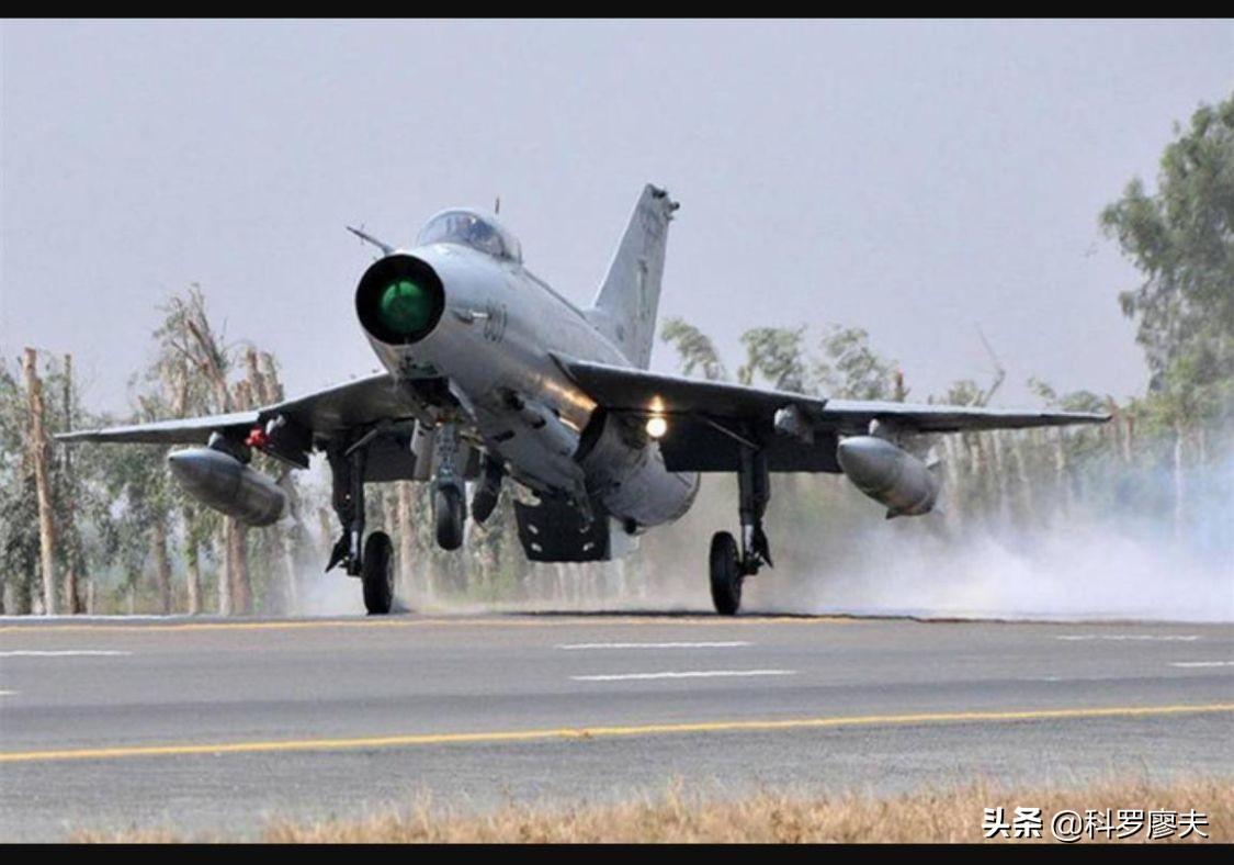 巴铁高速公路军事演习,歼-7战斗机准确降落,一小时公路变机场
