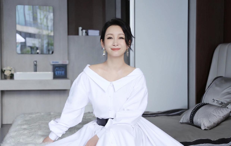 秦海璐不愧是有品位的女人,简单穿白色连衣裙配黑腰带,美不胜收