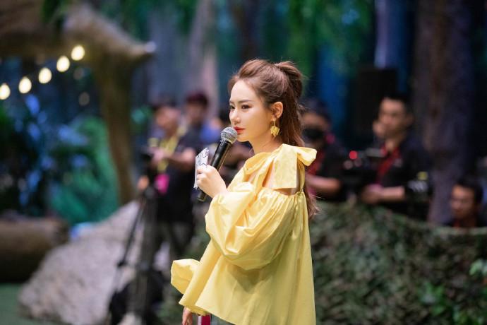 戚薇节目造型太独特,黄色灯笼袖乱搭卷边牛仔裤,竟然还挺好看的