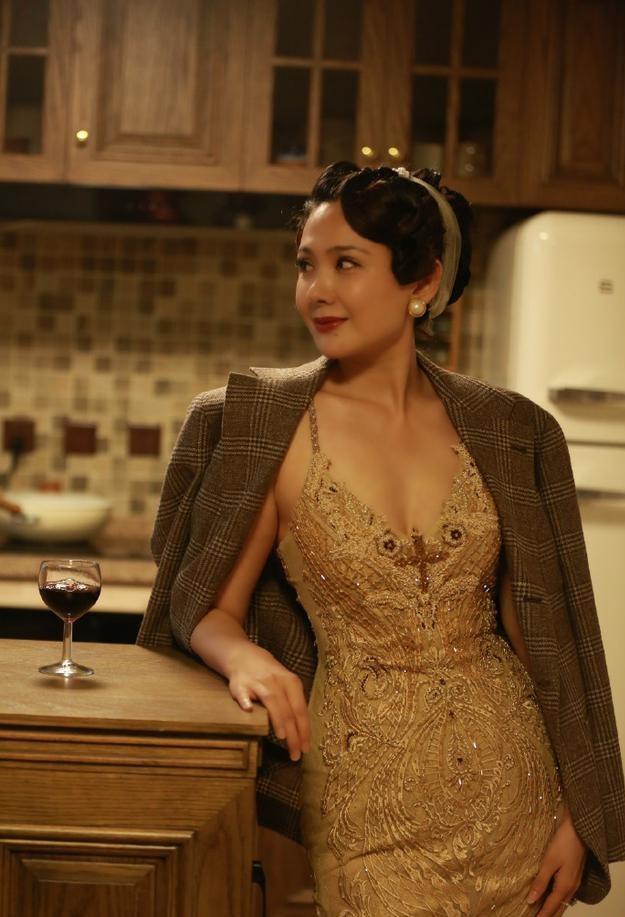 真给郭晓冬长脸,程莉莎穿西装配花裙精致有格调,哪像43岁孩子妈