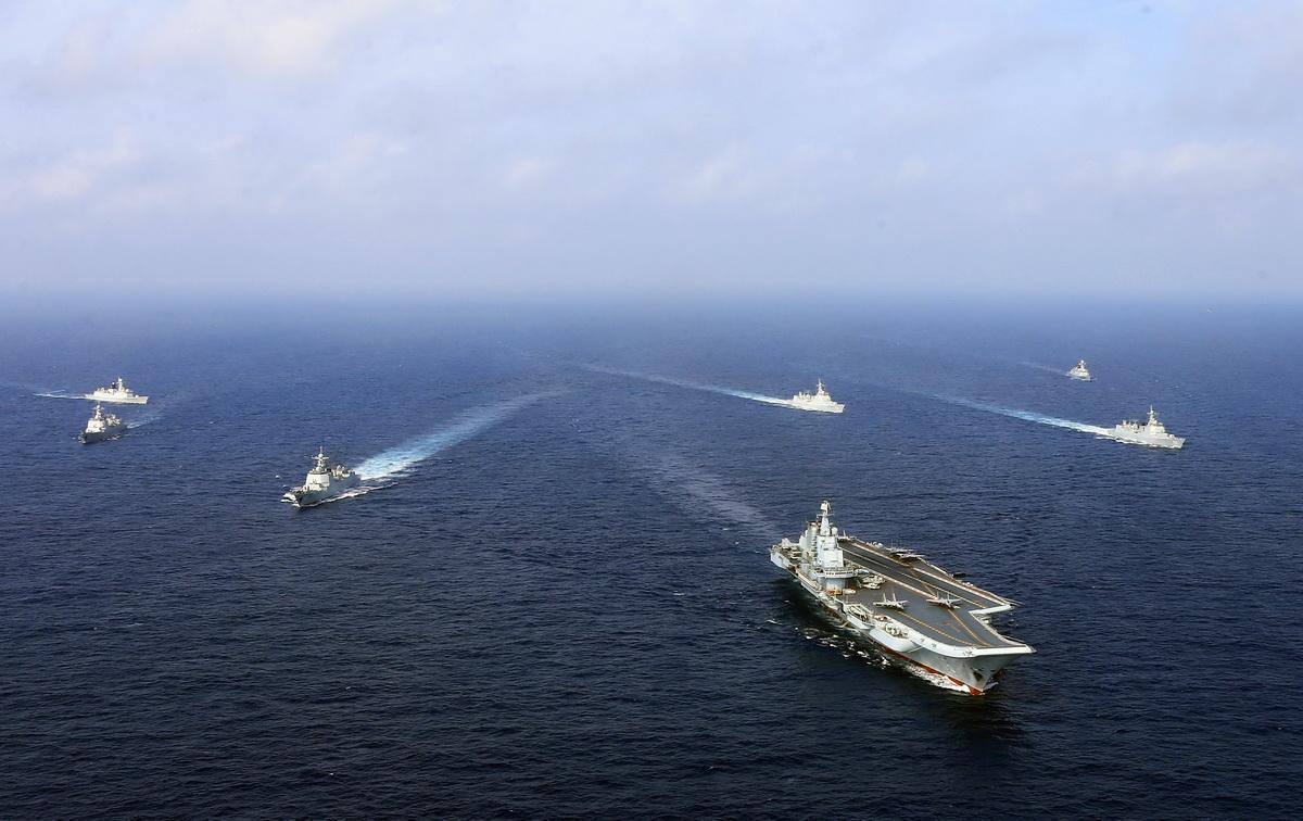 辽宁舰一次要加多少油?能航行多远?看完才知道为何要大型补给舰