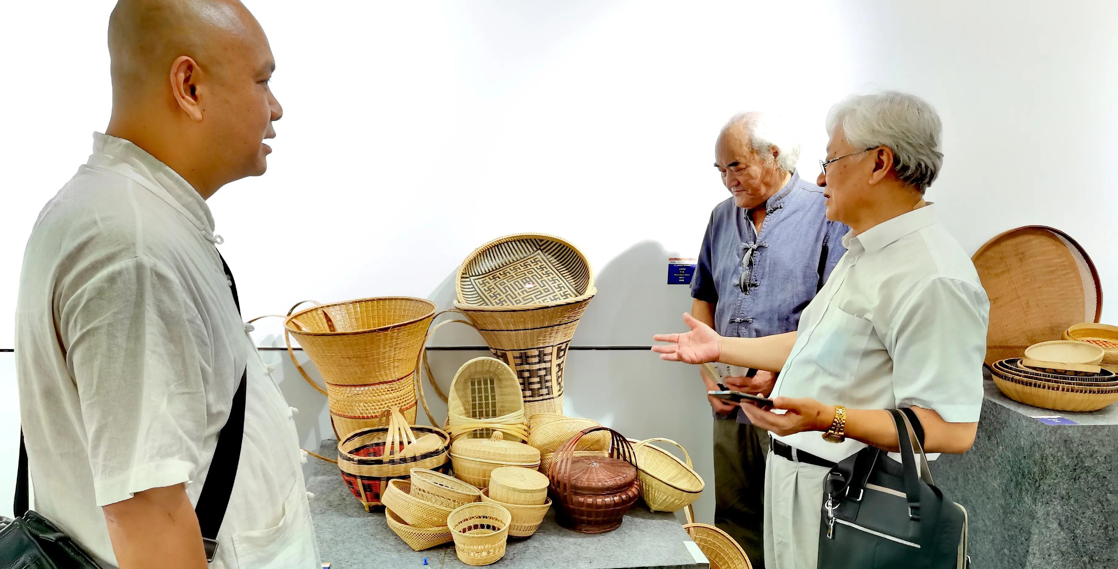 湖北宜昌:200件民间工艺美术作品亮展城区,家藏珍宝为旅游添彩