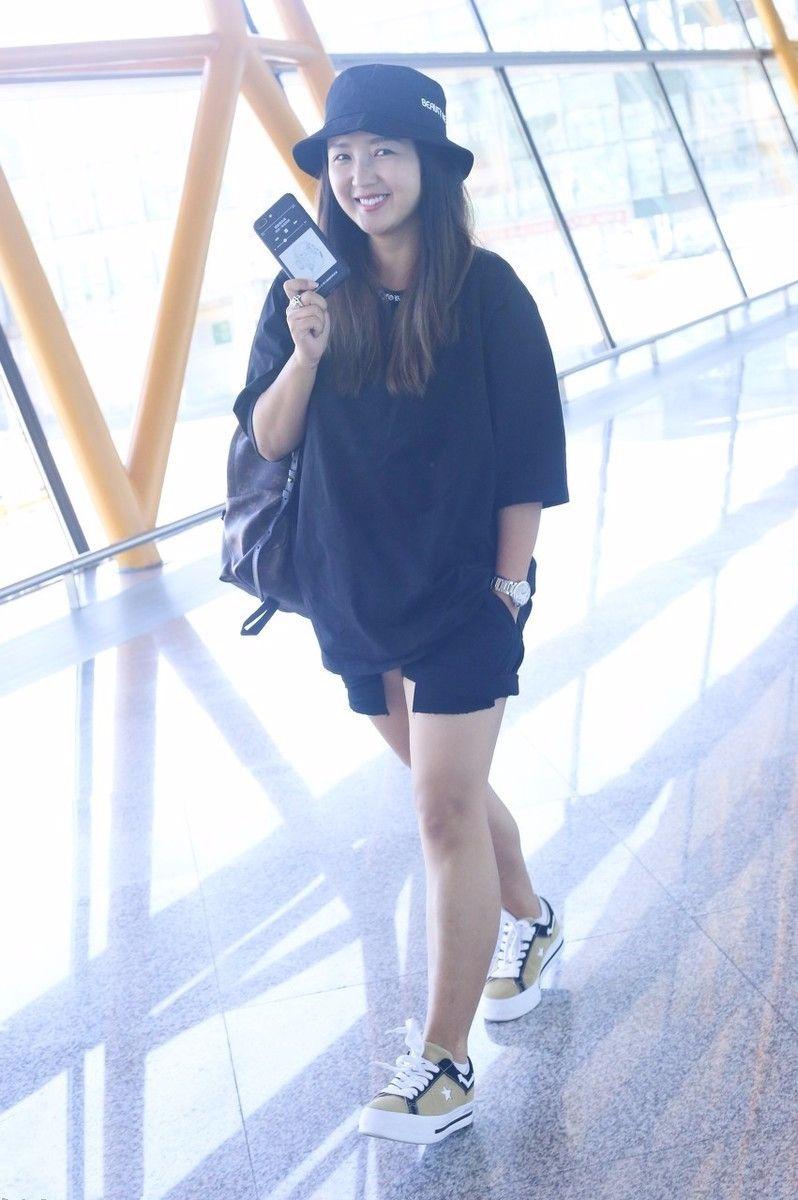 何洁穿短裙现身机场,腿粗成大象腿,也懒得修图了