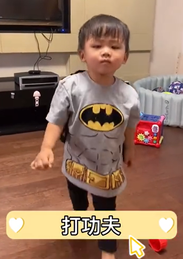 蔡少芬和张晋现身游乐园!两岁儿子正脸罕曝光,浓眉大眼五官精致