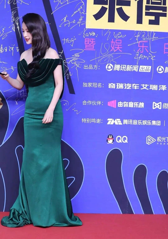 李沁穿紧身裙走红毯,肚腩赘肉横生,看背影还以为是哪个妇人
