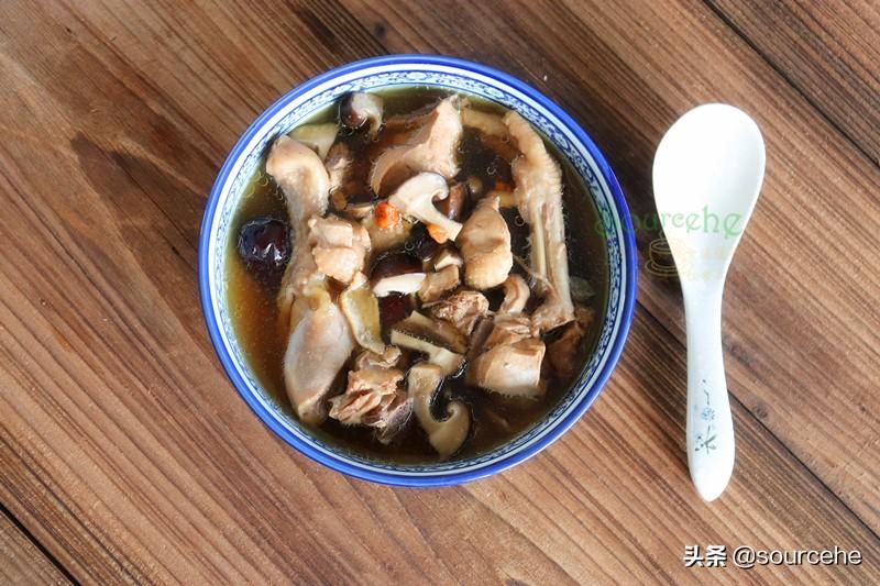 煲雞湯加這三種食材,熱乎乎暖暖的,很適合長輩喝,尤其冬天