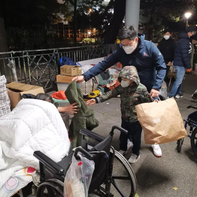 霍啟剛郭晶晶享受甜蜜二人世界,不忘做善事光顧小餐館幫助殘疾人