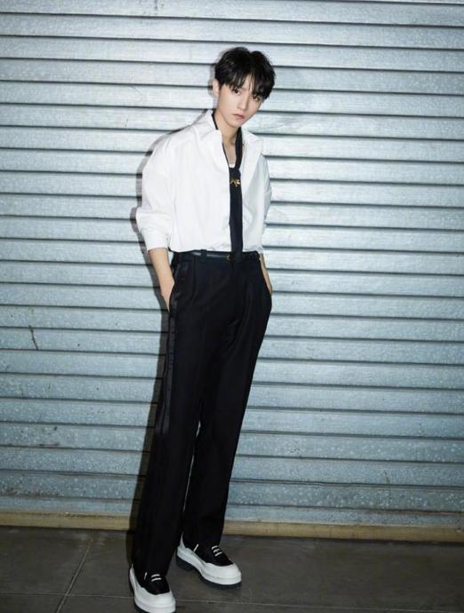 王俊凯时尚穿搭,驾驭不同的风格,展现阳光帅气一面