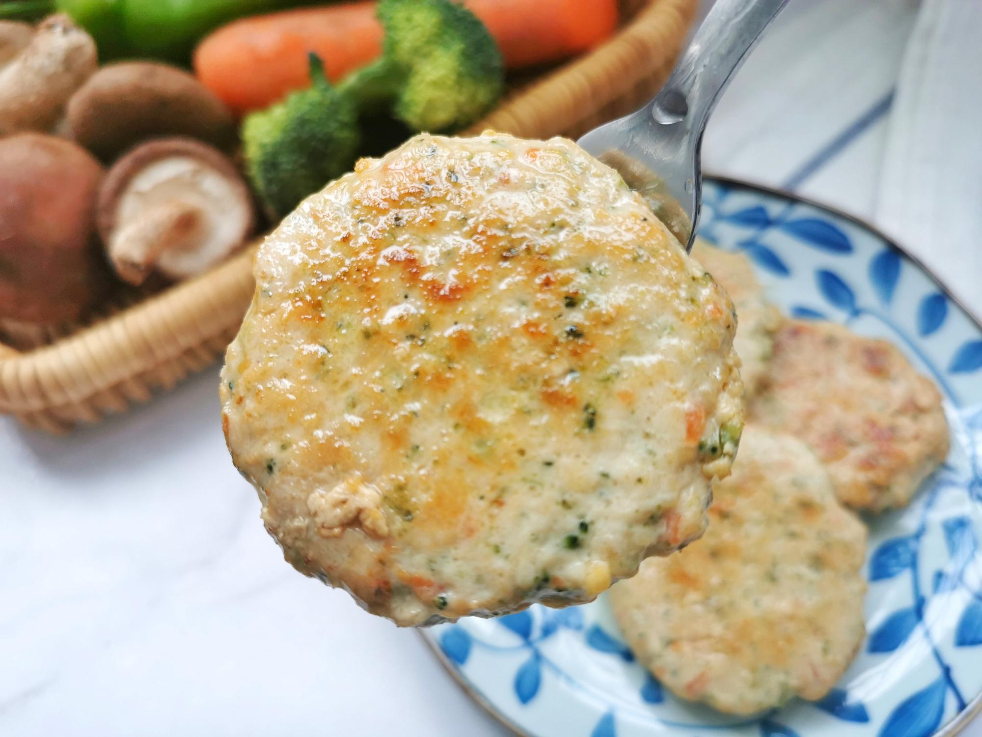 鸡胸肉别水煮,做成小饼低脂又解馋,口感不柴,早餐10分钟搞定
