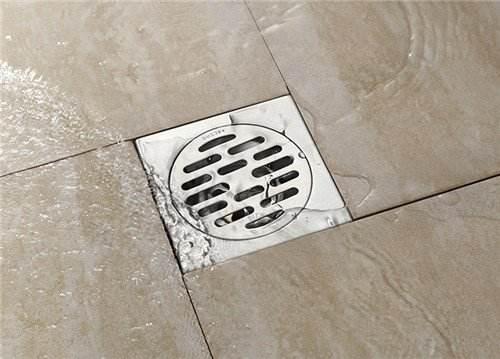 卫生间地面不要做斜坡了,有钱人家更懂得这样设计,下水快又安全