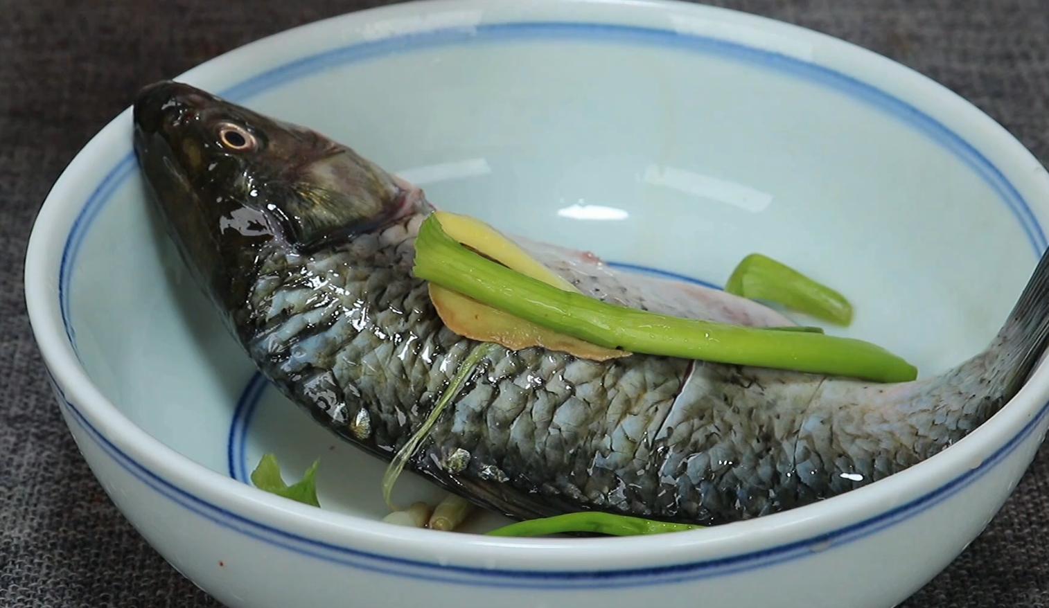 煎鱼怎么不粘锅不掉皮,直接下锅是大错,教你绝招,简单实用