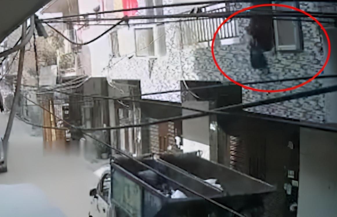 印度一男子从二楼扔垃圾,结果把自己扔了出去,直接从二楼掉下来